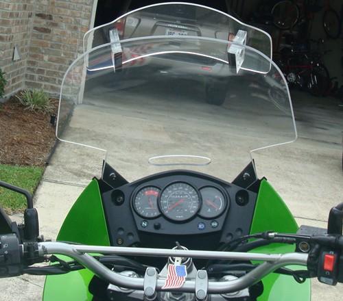 Exemplu de aplicatie: deflector de vant din policarbonat compact pentru motociclete